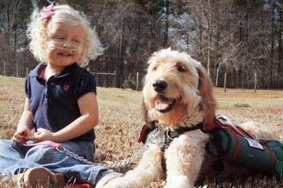 Con tres años, respira porque un perro le transporta el oxígeno